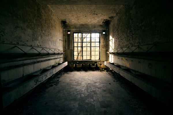 """<b>SALLE DE BAIN</b><br><a href=""""/app/module/webproduct/goto/m/m3637fa21df97b675"""" ; style=""""color:#49bfc0;"""" target=""""_blank"""">Disponible à la vente</b><alt=""""photographie d'art photo urbex lieu abandonné désaffecté pièce vide chambre obscure sombre lumière"""""""