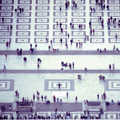 """<b>QUAI BRANLY</b><br><a href=""""/app/module/webproduct/goto/m/m47ecc32ca11ed265"""" ; style=""""color:#49bfc0;"""" target=""""_blank"""">Disponible à la vente</b><alt=""""photographie d'art photo encadrée cadre paris vue du ciel gens people ville paysage déco contemporain"""""""
