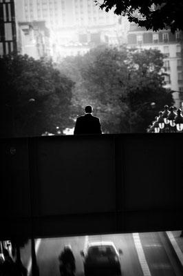 """<b>L'HOMME SUR LE PONT</b><br><a href=""""/app/module/webproduct/goto/m/m88fd69d3791faea4"""" ; style=""""color:#49bfc0;"""" target=""""_blank"""">Disponible à la vente</b><alt=""""photographie d'art photo noir et blanc homme sur pont paris ville paysage urbain masculin deco"""""""