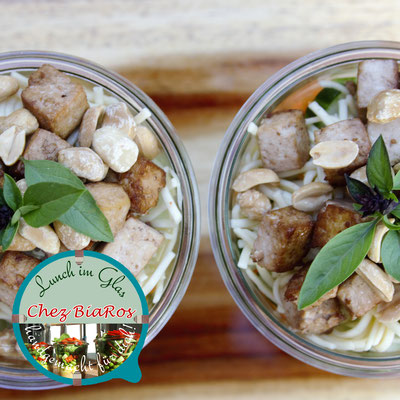 Asia-Rohkost-Salat mit Tofu und Erdnuss-Kokos-Dressing