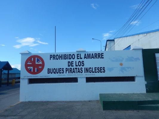 """...die Argentinier und ihre Falklandinseln. Oder eben nicht ihre, die gehören den Engländern, was die Argentinier nie akzeptieren werden...darum dürfen die Schiffe der """"Piratenengländer"""" hier nicht ankern!"""