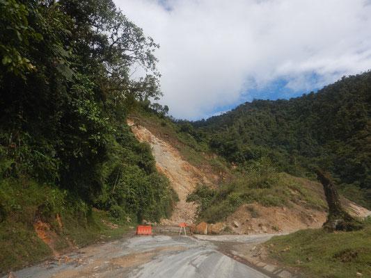Kein Durchkommen nach Erdrutschen
