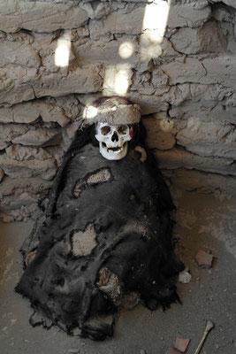 sitzend wurden die Toten begraben