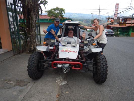 Marcos mit seinem selbstgebauten Buggy mit integriertem Rollstuhl