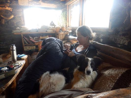 Claudi wird bei der Arbeit von Layla überwacht