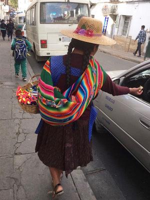 Cholita am Kaugummi dealen