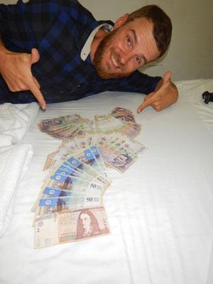 Für einen Tag Multimillionär-riesiger Geldberg für die Verschiffung