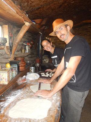 Gabriela und Antonio beim Pizza machen