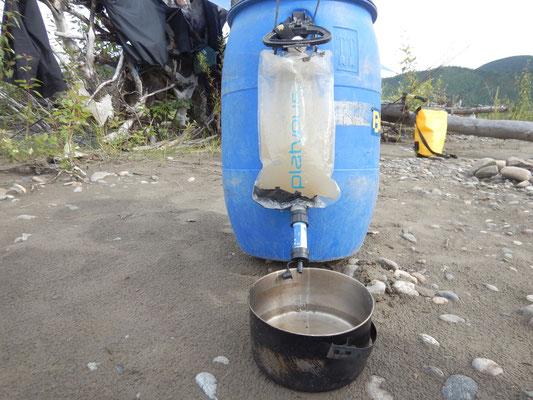 Tägliche Trinkwassergewinnung - von dunkelbraun zu trinkbar