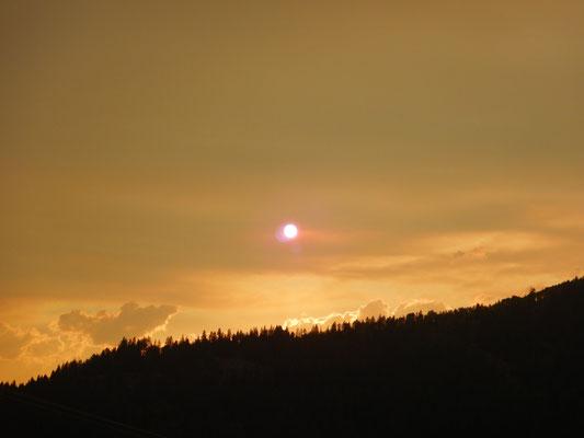 Durch einen Waldbrand in der Nähe färbte sich der ganze Himmel rot