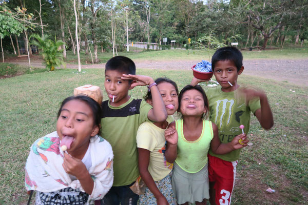 Besuch von neugierigen Kindern - nebenbei bieten sie noch Kokosnüsse zum Verkauf an...