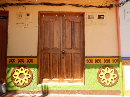 die bekannten Zocálo (Sockel) der Häuser in Guatapé