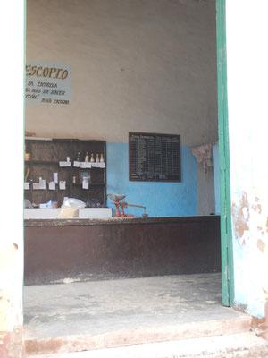 spärlich bestückter Essensladen, so wie auch die Essensrationen für die Cubanos spärlich ausfallen :-(