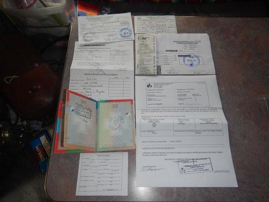 Papierkrieg an der Grenze - all diese Zettel und Stempel werden für den Grenzübertritt benötigt