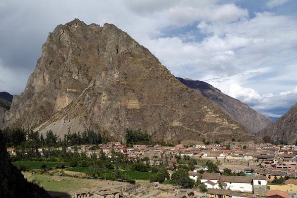 am gegenüberliegenden Hang sieht man die einstigen Lebensmittellager der Inkas