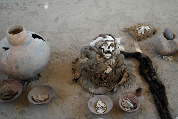 Mumie mit Grabbeigaben