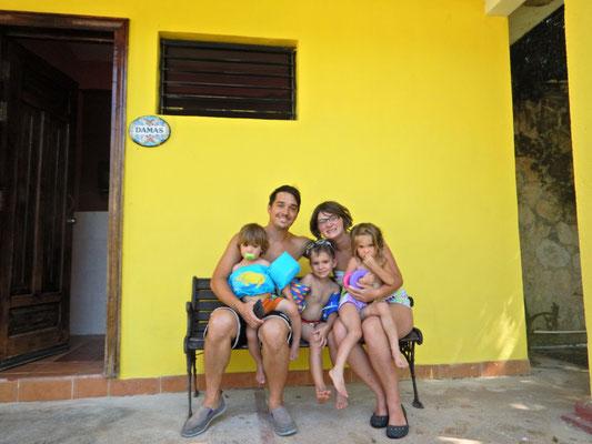 Ariane und David mit ihren Kindern