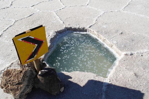 Loch in der Salzkruste