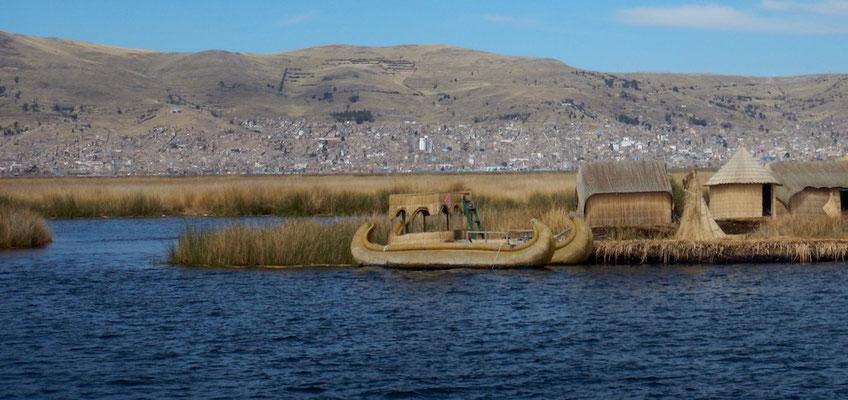 nicht nur die Inseln, auch die Boote bestehen komplett aus Schilf