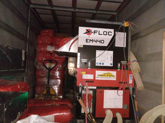 Leistungsstarke Einblasmaschine am Einblasfahrzeug