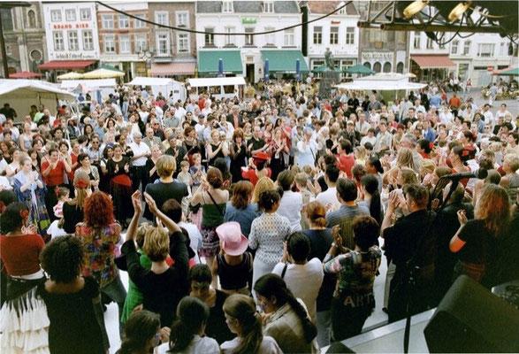 Eén van de vele Flamenco Workshops voor duizenden mensen op de Markt in Sittard. (Patricia Pardo te zien in het midden met de rode hoed)