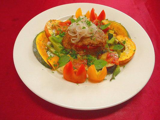 #トマトハンバーグ&夏野菜のオリーブ焼き #ハンバーグの下に焼きトマトを敷き #夏野菜にEXオリーブオイル #塩 #コショウをふりオーブンでやきます