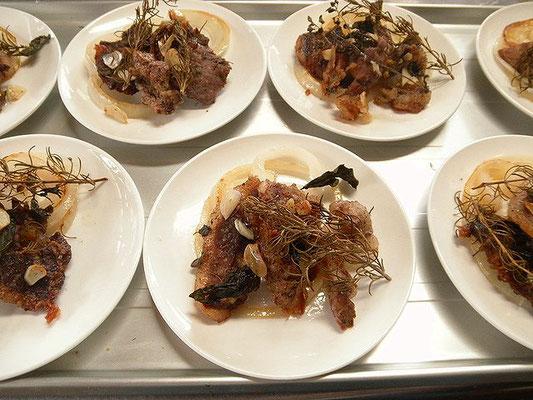 #シシ肉ハーブ焼き #イノシシ肉を5mmぐらいに切り #ローズマリー #ルッコラ #ニンニクを塩コショウで味を調えオーブンで焼きます