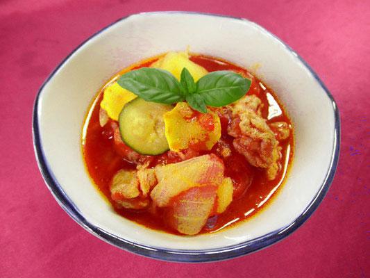 #ジャガイモと豚肉のトマト煮 #ジャガイモ #豚肉 #タマネギ #ズッキーニをトマトソースで煮込みます #塩コショウで味調えます
