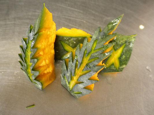 #飾り切り #カボチャの木の葉 #ペティナイフでカボチャを木の葉の形につくります。