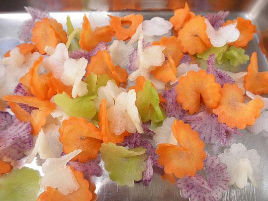 #飾り切リ #二輪花 #梅 #菊 #桜 #ダイコンやニンジンをうすく回し切る。