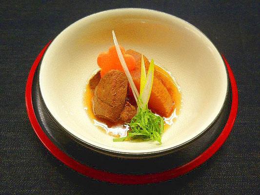 #イノシシ肉大根 #イノシシ肉を一口大に切り熱湯にくぐらせアクをぬきます #鍋に #酒ショウガ #大根 #下処理した肉を6時間くらい煮込みます