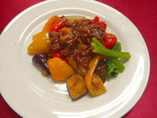 #牛肉と夏野菜のオリーブ焼き #ナス #パプリカ #牛肉をオリーブ焼きして塩コショウで味を調えます