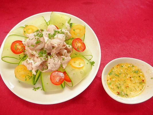 #豚シャブ&中華ドレッシング #豚肉を熱湯にくぐらせ氷水で冷やします #キュウリ #トマト #中華ドレッシングをかけます