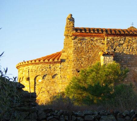 La iglesia del pueblo al alba