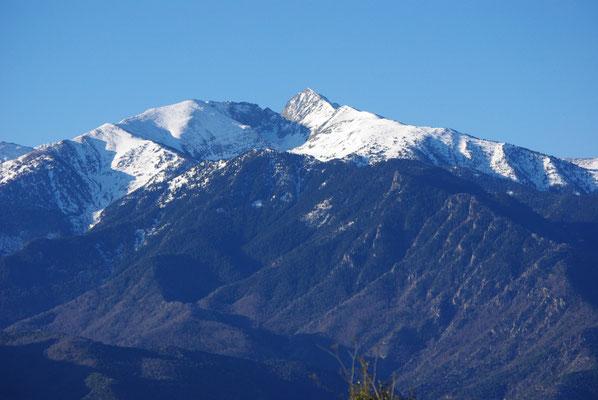 La cumbre de la montaña Canigou, nevada en marzo
