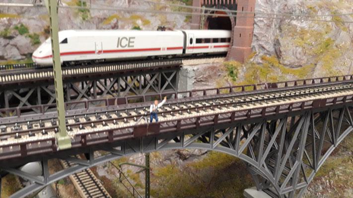 Die Brücke ist wieder drin und der Forograf wartet auf seinen ersten Einsatz.