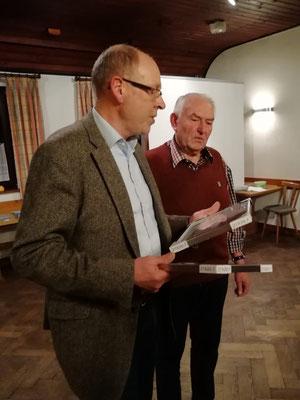 Landesgeschäftsführer Helmut Beran (l.) würdigte die herausragenden Leistungen von Herbert Klein, der 40 Jahren der LBV-Kreisgruppe vorstand und dafür dem Ehrenvorsitz geehrt wurde.© Erwin Taube