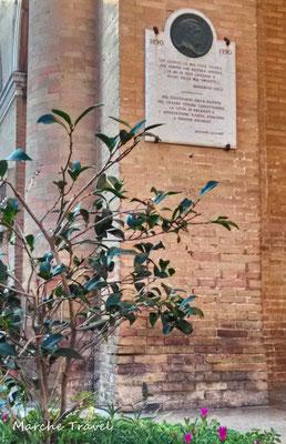Targa commemorativa del tenore Beniamino Gigli, Recanati
