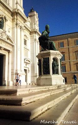 Loreto, Statua di Sisto V