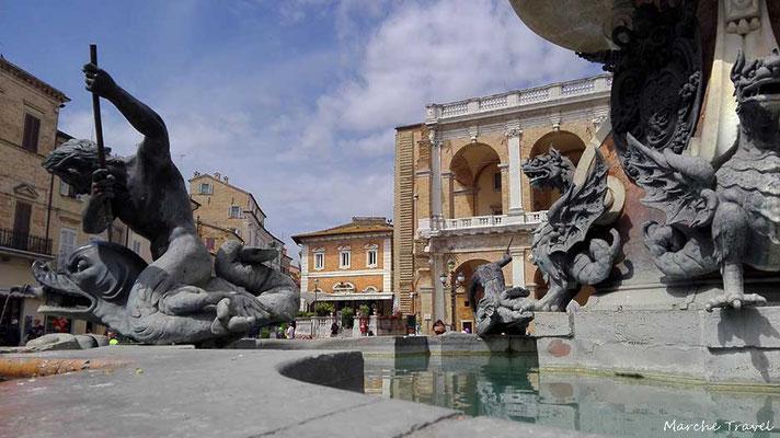 Loreto, Fontana in Piazza della Madonna