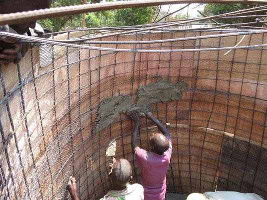 Der erste Beton wird innen angebracht