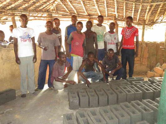 Bauteam welche die Zementsteine fabrizierte