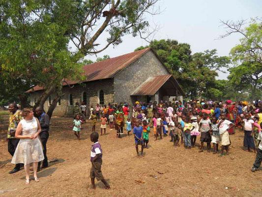 Kirchenplatz nach dem Gottesdienst