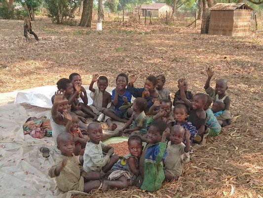 Kinder beim Erdnüsse schälen