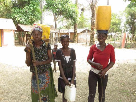 Geschaft! Die Frauen und das Trinkwasswer sind im Dorf angekommen