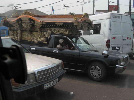Leichenwagen, welcher mit der Sirene unterwegs ist