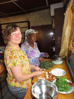 Elisabeth mit der Küchenchefin am rüsten