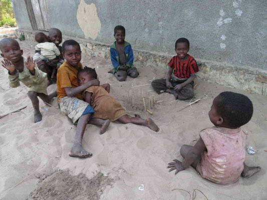 Kinder bauen ein Model der Zisterne nach