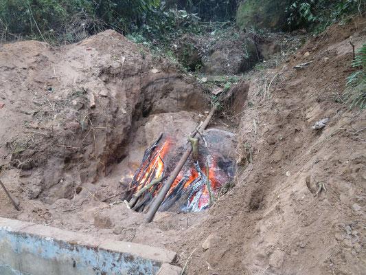 Mit Feuer wird der Stein gesprengt