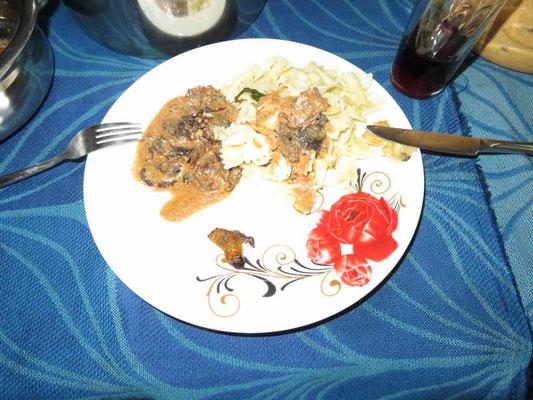 Teller mit einer Made, Delikatesse ;-)